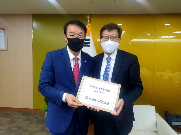 ▲서일준 의원이 28일 박형준 부산시장을 만나 거가대교 통행료 인하 정책 제안을 하고 있다/사진=의원실