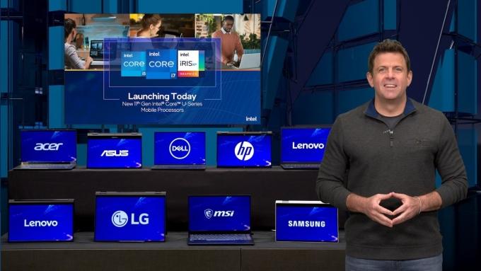 스티브 롱(Steve Long) 인텔 영업, 마케팅 및 커뮤니케이션 그룹 부사장이 컴퓨텍스 행사에서 11세대 인텔 코어 프로세서 라인업의 두 가지 새로운 기능을 소개하고 있다. /사진제공=인텔