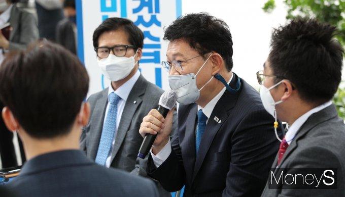 [머니S포토] 국민소통·민심경청 프로젝트 '송영길' 여의도 직장인과의 만남