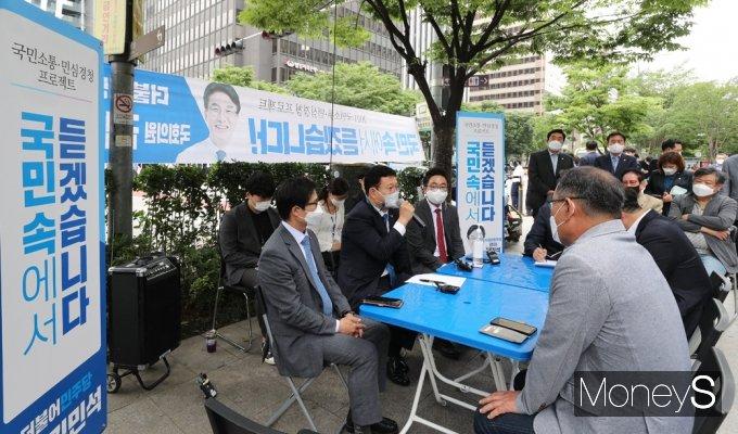 [머니S포토] 여의도 직장인 만난 송영길, '국민속에서 듣겠습니다'