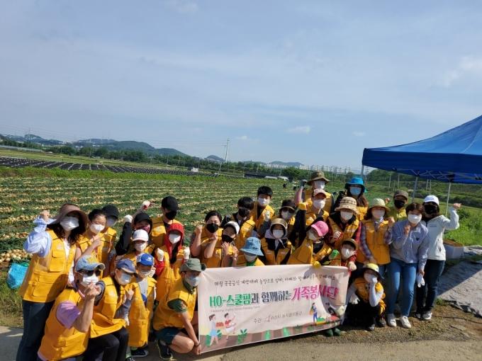 화성시가 31일 향남읍 하길리 공공급식 친환경 농산물 재배농가에서 'HO(Hwaseong Organic) 스쿨팜 가족봉사단 발대식'을 개최했다고 밝혔다. / 사진제공=화성시