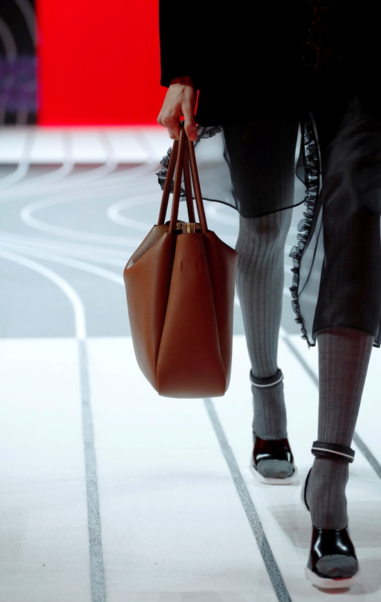 이탈리아 명품 브랜드 '프라다'가 지난 30일 버킷백 등 일부 인기 핸드백의 가격을 인상했다. /사진=로이터