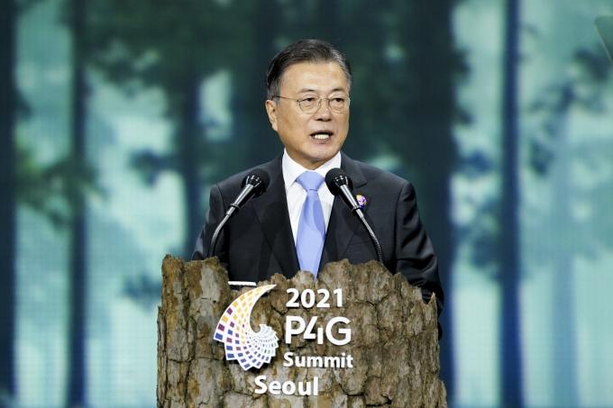 지난 5월30일 서울 동대문디자인플라자에서 열린 '2021 P4G 서울 녹색미래 정상회의' 개회식에서 문재인 대통령이 개회사를 하고 있다. /사진=뉴스1