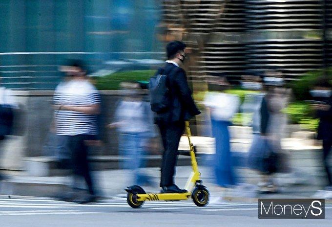 지난달 13일 시행된 도로교통법 개정안에 따르면 운전 자격 강화 차원에서 원동기 면허 이상을 가진 사람만 PM을 운전할 수 있고 무면허 운전 시 범칙금 10만원이 부과된다. /사진=장동규 기자