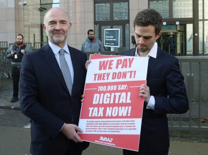 2018년 브뤼셀 EU 본부 앞에서 피에르 모스코비치 EU 경제담당 집행위원(왼쪽)이 국제 시민운동단체 아바즈(Avaaz) 대표자로부터 디지털세 관련 탄원서를 받는 모습. /사진=로이터
