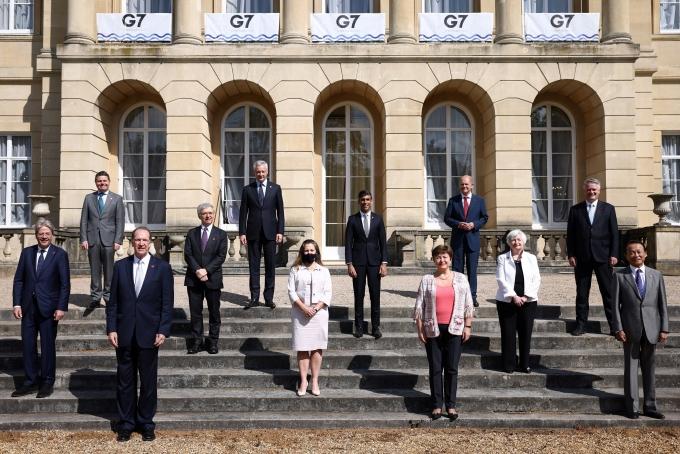 5일(현지시각) 영국 런던 랭카스터하우스 앞에서 G7 재무장관 회의 참석자들이 기념촬영을 하는 모습. /사진=로이터