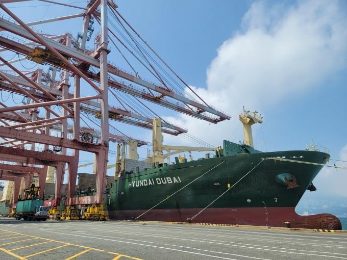 지난 5월29일 부산항에서 출항 준비하고 있는 1800TEU급 다목적선(MPV) 두바이호가 수출기업들의 화물을 싣고 있다. /사진=HMM