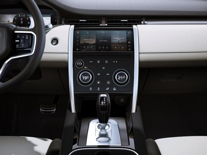 디스커버리 스포츠는 새로운 수준의 연결성과 기능성 및 편의성을 제공하는 차세대 인포테인먼트 시스템 PIVI Pro를 탑재했다. /사진제공=재규어 랜드로버 코리아