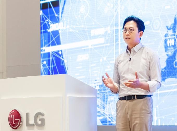 배경훈 LG AI연구원장이 지난달 17일 비대면으로 열린 'AI토크콘서트'에서 계획을 발표하는 모습. /사진제공=LG