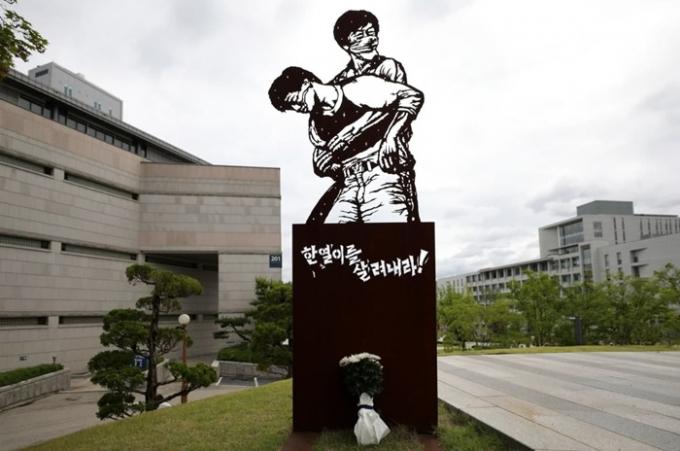 고 이한열 열사의 34주기 추모식이 9일 오후 2시 서울 서대문구 연세대 한열동산에서 열린다. 사진은 지난 1987년 6월 항쟁 당시 이 열사가 최루탄을 맞고 쓰러질 당시의 모습을 본 떠 만든 조형물. /사진=뉴시스