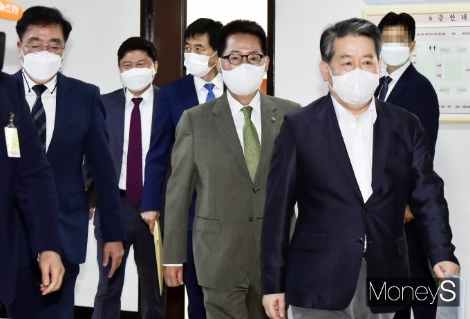 [머니S포토] 국회 정보위 들어서는 김경협-박지원
