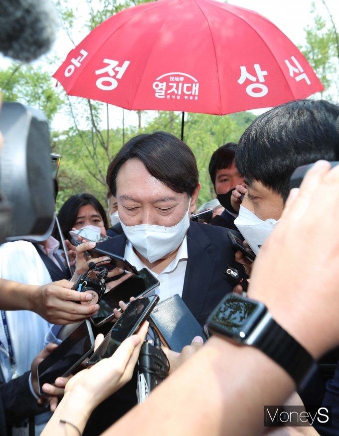 [머니S포토] 윤석열 전 검찰총장에게 관심 쏠린 취재진