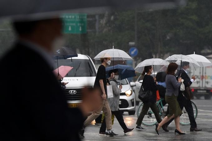 목요일(10일)은 대체로 맑은 날씨를 보이다가 밤부터 전국 곳곳에 비가 내릴 전망이다. 사진은 비가 내린 지난 3일 오후 서울 종로구 광화문네거리에서 우산을 쓴 시민들이 지나가는 모습. /사진=뉴스1