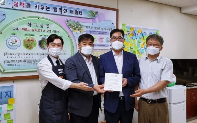 금호타이어가 트리플래닛와 협업해 서울 소재 초등학교 대상으로 교실숲 조성 사업에 참여한다고 10일 밝혔다. /사진제공=금호타이어