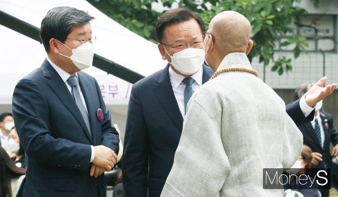 [머니S포토] 제34주년 6ㆍ10민주항쟁 기념식, 대화 나누는 전해철·김부겸·지선