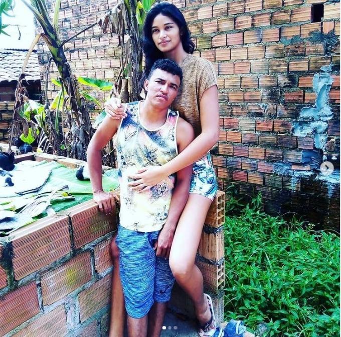 신장 163cm 남성과 결혼해 화제를 모았던 207cm의 장신 엘리자니 실바가 모델을 준비하는 것으로 알려졌다. 사진은 엘리자니(오른쪽)와 남편의 모습. /사진=엘리자니 인스타그램