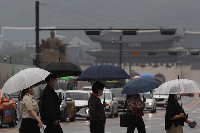 금요일(11일)은 전국이 흐리고 하루종일 비가 내릴 것으로 예측된다. 사진은 지난 3일 서울 종로구 광화문네거리에서 우산을 쓴 시민들이 걷는 모습. /사진=뉴스1