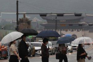 [내일 날씨] 전국에 비, 일부 지역 돌풍… 한낮은 선선