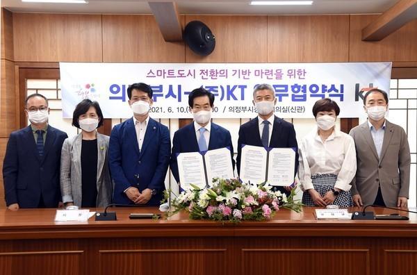 의정부시(시장 안병용)는 10일 시청 소회의실에서 스마트도시로의 전환을 위한 디지털 뉴딜 분야 상호 협력을 내용으로 KT와 업무협약을 체결했다고 밝혔다. / 사진제공=의정부시