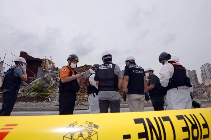 10일 광주경찰서가 광주 건물붕괴 사고 원인을 규명하기 위해 철거(시공)업체 사무실 압수수색에 나섰다. 사진은 이날 사고 현장을 조사하는 국과수 관계자. /사진=뉴스1