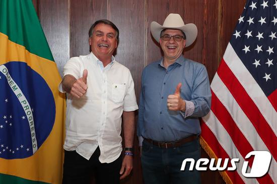 자이르 보우소나루 브라질 대통령(오른쪽)와 토드 채프먼 브라질 주재 미국 대사. © 로이터=뉴스1