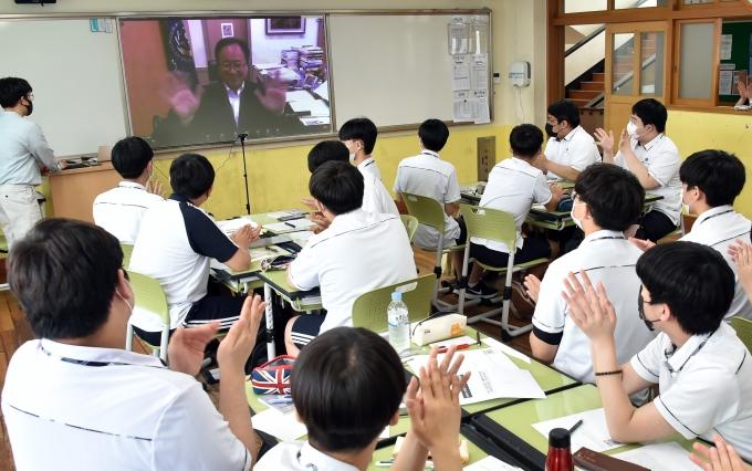 부산교육감이 지난 10일 고등학생과 '6월 민주항쟁 계기 수업 미니 토크 콘서트'를 가졌다./사진=부산시교육청
