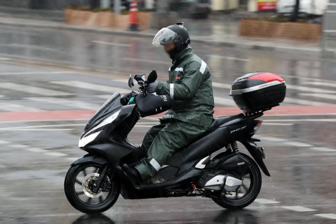 쿠팡이츠를 운영하는 쿠팡이츠서비스가 배달직원(이츠친구) 모집에 본격적으로 나선다고 11일 밝혔다. 사진은 지난 3월 1일 서울 도심에서 라이더들이 비가 내리는 가운데 배달을 하고 있는 모습./사진제공=뉴시스