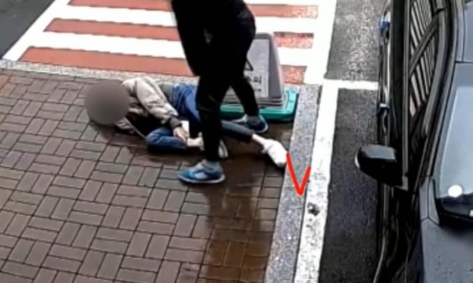 지난 3월 한 여성이 카페 보도블록과 연결된 경계석에 발을 디디다 미끄러졌다. 손님은 손해배상을 요구했지만 카페 측은 거절했다. /사진=유튜브 캡처
