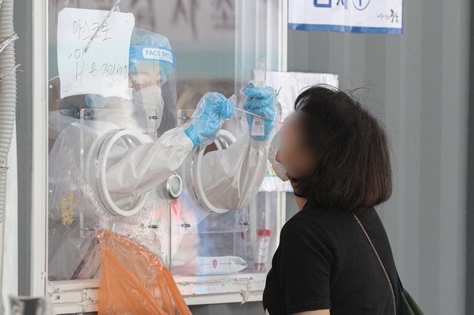 코로나19 일일 신규 확진자가 11일 0시 기준 556명으로 조사됐다. 사진은 지난 10일 서울 중구 임시선별진료소에서 코로나19 검사를 받는 시민의 모습. /사진=뉴스1