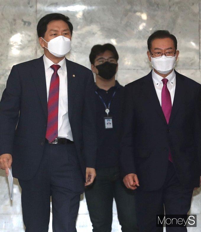 [머니S포토] 국민의힘 원내대책회의 참석하는 김기현·이종배