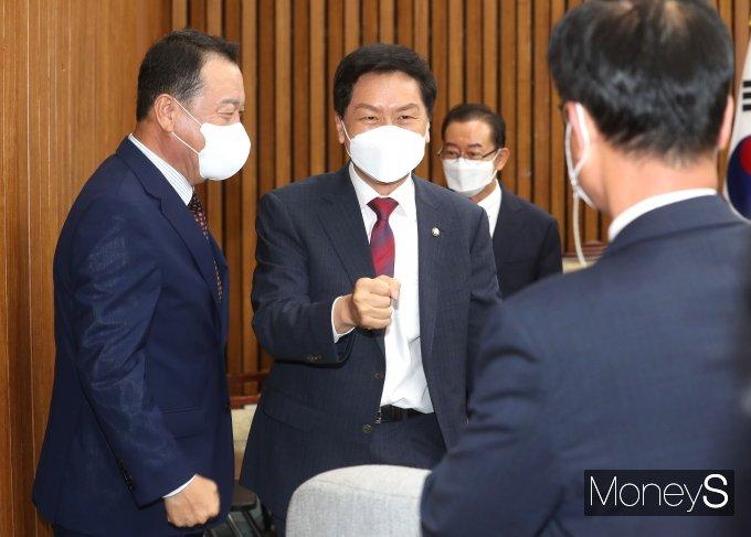 [머니S포토] 의원들과 인사하는 김기현 권한대행