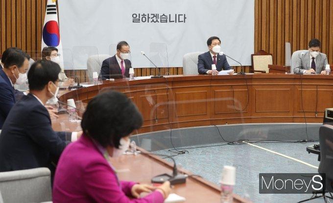 [머니S포토] 원내대책회의서 발언하는 김기현 권한대행