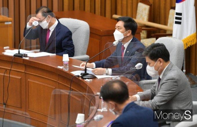 [머니S포토] 원내대책회의 주재하는 김기현 권한대행