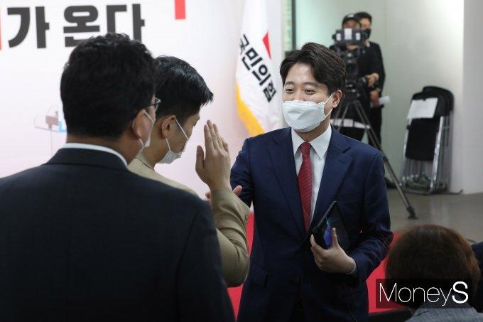 국민의힘 당대표 선출 전당대회에서 이준석(사진 오른쪽) 후보가 당선됐다. /사진=장동규 기자