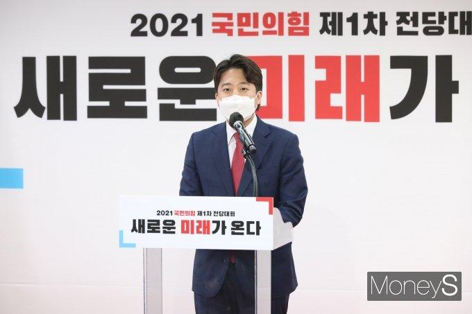 [머니S포토] 수락 연설하는 이준석 신임 당대표