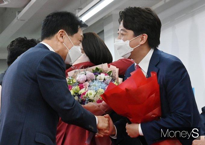 [머니S포토] 김기현 원내대표로부터 꽃다발 받는 이준석 대표