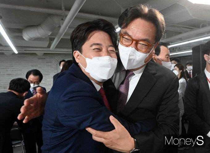 [머니S포토] 정진석 의원과 포옹하는 이준석 대표