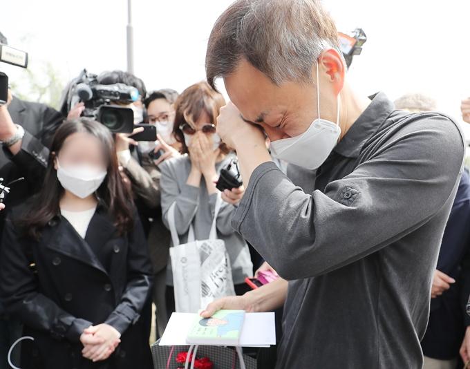 고 손정민씨 아버지가 지난 10일 자신의 블로그에 최근 심경을 토로했다. 사진은 지난달 8일 아들 그림을 선물받은 후 눈물 흘리는 정민씨 아버지. /사진=뉴스1