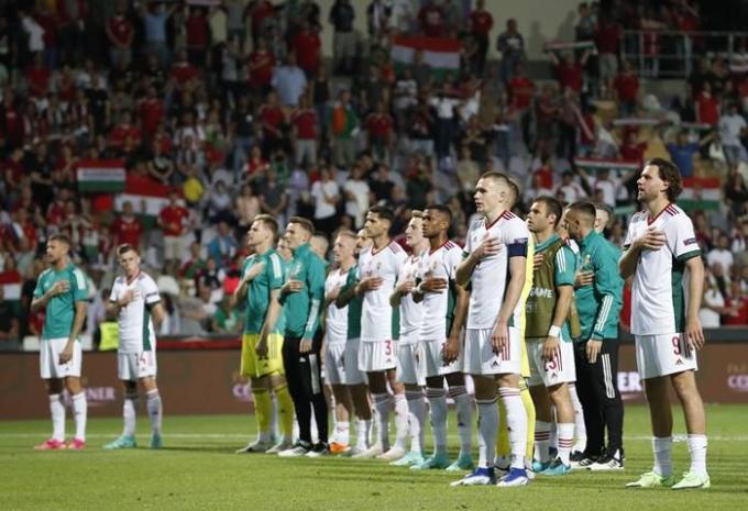빅토르 오르반 헝가리 총리가 최근 논란이 일고 있는 '무릎 꿇기' 캠페인과 관련해 모든 국가에게 강요하는 것은 바람직하지 않다는 의견을 내놨다. 사진은 지난 9일(한국시각) 아일랜드 대표팀과 헝가리의 친선경기에서 무릎 꿇기를 한 아일랜드 대표팀과 달리 헝가리 대표팀은 서 있는 모습. /사진=로이터