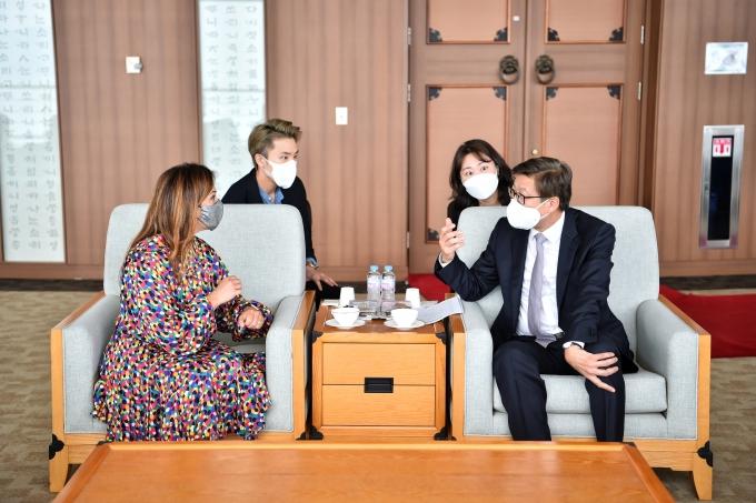 부산시는 박형준 부산시장과 랜디 주커버그와 환담했다고 11일 밝혔다./사진=부산시 제공