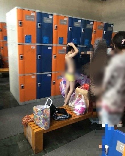 지난 8일 중국 SNS 웨이보에 10세 아들을 수영장 여성 탈의실에 데리고 들어간 한 엄마의 이야기가 올라와 누리꾼들이 분노하고 있다. /사진=뉴스1(웨이보)