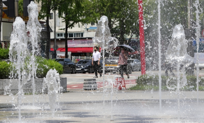 토요일(12일)은 한 낮 기온이 30도 안팎으로 오르며 여름 무더위가 기승을 부릴 것으로 예측된다. 사진은 지난 8일 전북 전주시 오거리문화광장 분수대 모습. /사진=뉴스1