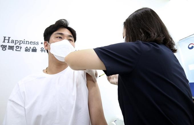 얀센을 접종받은 시민 대부분이 일반적인 이상 반응을 느꼈지만 참을만한 수준이라는 반응을 보였다. 사진은 지난 10일 울산 남구 HM병원에서 얀센을 접종 받는 시민 모습. /사진=뉴스1