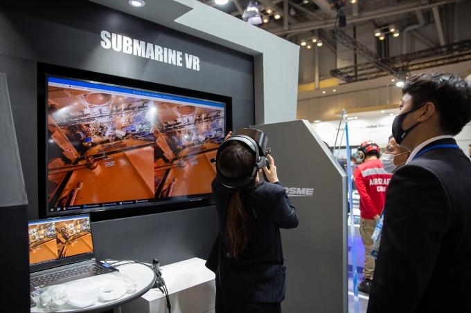 2021 국제해양방위산업전에서 대우조선해양 홍보관을 방문한 관람객들이 잠수함 및 수상함 VR 체험을 하고 있다. /사진=대우조선해양