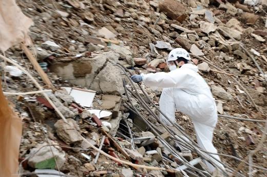 10일 오후 광주 동구 학동 재개발지역 건물 붕괴 현장에서 국과수 관계자들이 합동감식을 진행하고 있다. /사진=뉴스1
