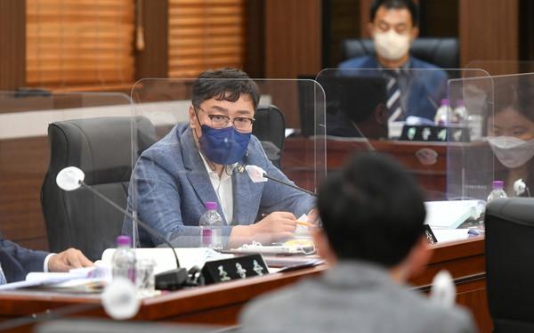 연제창 포천시의원이 행정사무감사에서 질의하고 있다. / 사진제공=포천시의회