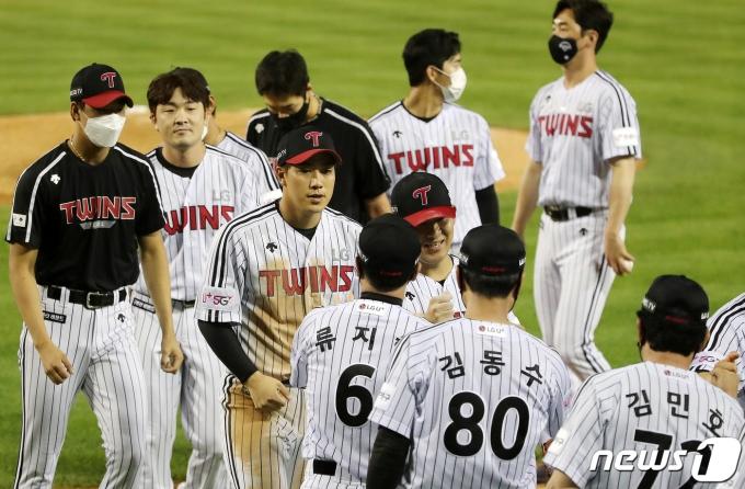 [사진] 승리의 기쁨 나누는 LG