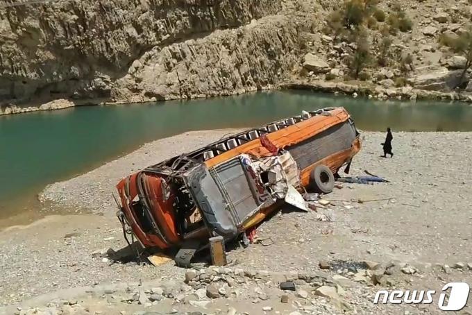 파키스탄 남서부에서 발생한 버스 추락사고 현장 © AFP=뉴스1