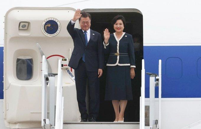 문 대통령, 영국 도착… G7 확대회의 공식 일정 돌입