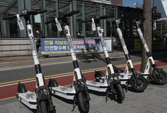 서울 여의도 국회의사당 역 인근에 배치된 전동 킥보드. /사진=뉴스1